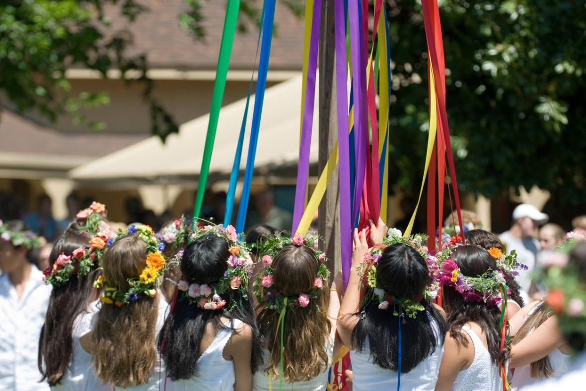 Maypole children